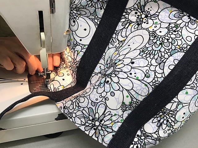 縫製、バッグ製作の様子