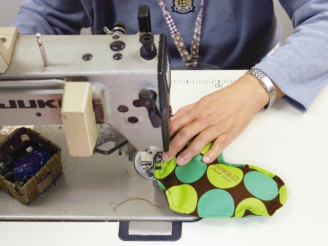 雑貨縫製、ミシン作業の様子
