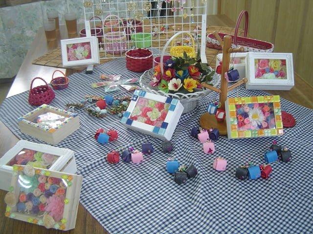 花やキーホルダーなど、きれいに展示された商品
