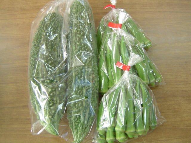 袋詰めされた作物、おくらやゴーヤーなど